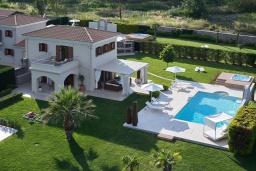 Фасад дома. Греция, Керкира : Роскошная вилла с бассейном, джакузи и зеленым двориком с барбекю, 2 спальни, 2 ванные комнаты, парковка, Wi-Fi