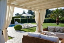 Патио. Греция, Керкира : Роскошная вилла с бассейном, джакузи и зеленым двориком с барбекю, 2 спальни, 2 ванные комнаты, парковка, Wi-Fi