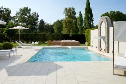 Бассейн. Греция, Керкира : Роскошная вилла с бассейном, джакузи и зеленым двориком с барбекю, 2 спальни, 2 ванные комнаты, парковка, Wi-Fi