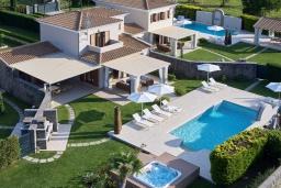 Фасад дома. Греция, Керкира : Роскошная вилла с бассейном, джакузи и зеленым двориком с барбекю, 4 спальни, 4 ванные комнаты, парковка, Wi-Fi