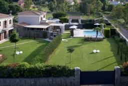 Территория. Греция, Керкира : Роскошная вилла с бассейном, джакузи и зеленым двориком с барбекю, 4 спальни, 4 ванные комнаты, парковка, Wi-Fi