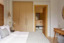 Спальня. Греция, Керкира : Роскошная вилла с бассейном, джакузи и зеленым двориком с барбекю, 4 спальни, 4 ванные комнаты, парковка, Wi-Fi