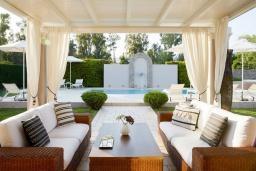 Патио. Греция, Керкира : Роскошная вилла с бассейном, джакузи и зеленым двориком с барбекю, 4 спальни, 4 ванные комнаты, парковка, Wi-Fi