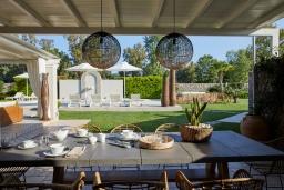 Обеденная зона. Греция, Керкира : Роскошная вилла с бассейном, джакузи и зеленым двориком с барбекю, 4 спальни, 4 ванные комнаты, парковка, Wi-Fi