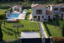 Фасад дома. Греция, Керкира : Роскошная вилла с бассейном, джакузи и зеленым двориком с барбекю, 3 спальни, 3 ванные комнаты, парковка, Wi-Fi