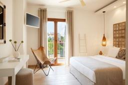 Спальня. Греция, Керкира : Роскошная вилла с бассейном, джакузи и зеленым двориком с барбекю, 3 спальни, 3 ванные комнаты, парковка, Wi-Fi