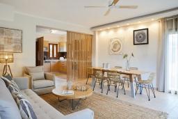 Гостиная. Греция, Керкира : Роскошная вилла с бассейном, джакузи и зеленым двориком с барбекю, 3 спальни, 3 ванные комнаты, парковка, Wi-Fi