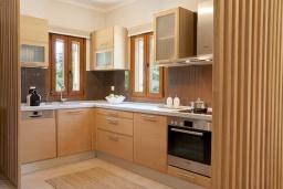 Кухня. Греция, Керкира : Роскошная вилла с бассейном, джакузи и зеленым двориком с барбекю, 3 спальни, 3 ванные комнаты, парковка, Wi-Fi
