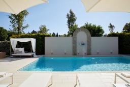 Бассейн. Греция, Керкира : Роскошная вилла с бассейном, джакузи и зеленым двориком с барбекю, 3 спальни, 3 ванные комнаты, парковка, Wi-Fi