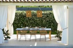 Обеденная зона. Греция, Керкира : Роскошная вилла с бассейном, джакузи и зеленым двориком с барбекю, 3 спальни, 3 ванные комнаты, парковка, Wi-Fi