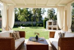 Патио. Греция, Керкира : Роскошная вилла с бассейном, джакузи и зеленым двориком с барбекю, 3 спальни, 3 ванные комнаты, парковка, Wi-Fi