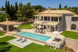 Фасад дома. Греция, Дассия : Роскошная вилла с зеленой территорией, бассейном и барбекю, 5 спален, 5 ванных комнат, джакузи, парковка, Wi-Fi