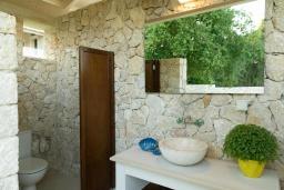 Территория. Греция, Дассия : Роскошная вилла с зеленой территорией, бассейном и барбекю, 5 спален, 5 ванных комнат, джакузи, парковка, Wi-Fi
