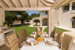 Обеденная зона. Греция, Дассия : Роскошная вилла с зеленой территорией, бассейном и барбекю, 5 спален, 5 ванных комнат, джакузи, парковка, Wi-Fi