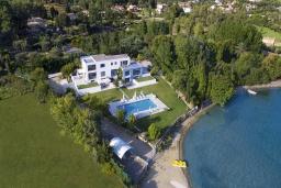 Фасад дома. Греция, Керкира : Роскошная пляжная вилла с зеленой территорией и бассейном, 5 спален, барбекю, парковка, Wi-Fi