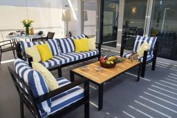 Патио. Греция, Керкира : Роскошная пляжная вилла с зеленой территорией и бассейном, 5 спален, барбекю, парковка, Wi-Fi
