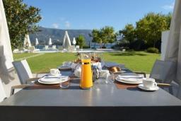 Обеденная зона. Греция, Керкира : Роскошная пляжная вилла с зеленой территорией и бассейном, 5 спален, барбекю, парковка, Wi-Fi