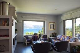 Гостиная. Греция, Керкира : Роскошная пляжная вилла с зеленой территорией и бассейном, 5 спален, барбекю, парковка, Wi-Fi