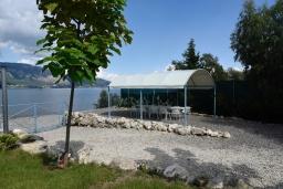 Территория. Греция, Керкира : Роскошная пляжная вилла с зеленой территорией и бассейном, 5 спален, барбекю, парковка, Wi-Fi