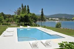 Бассейн. Греция, Керкира : Роскошная пляжная вилла с зеленой территорией и бассейном, 5 спален, барбекю, парковка, Wi-Fi