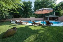 Территория. Греция, Потамос : Прекрасная вилла с бассейном и зеленым двориком с барбекю, 3 спальни, 3 ванные комнаты, парковка, Wi-Fi