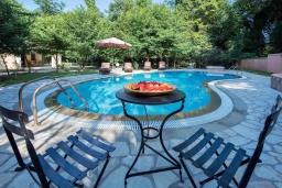 Бассейн. Греция, Потамос : Прекрасная вилла с бассейном и зеленым двориком с барбекю, 3 спальни, 3 ванные комнаты, парковка, Wi-Fi