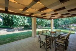 Обеденная зона. Греция, Потамос : Прекрасная вилла с бассейном и зеленым двориком с барбекю, 3 спальни, 3 ванные комнаты, парковка, Wi-Fi
