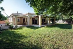 Фасад дома. Греция, Потамос : Прекрасная вилла с бассейном и зеленым двориком с барбекю, 3 спальни, 3 ванные комнаты, парковка, Wi-Fi