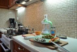 Кухня. Греция, Палеокастрица : Уютная вилла с зеленым двориком, 3 спальни, 3 ванные комнаты, парковка, Wi-Fi