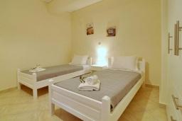 Спальня. Греция, Палеокастрица : Уютная вилла с зеленым двориком, 3 спальни, 3 ванные комнаты, парковка, Wi-Fi