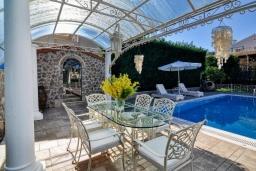 Обеденная зона. Греция, Айос Прокопиос : Роскошная вилла с бассейном и зеленым двориком с барбекю, 5 спален, 4 ванные комнаты, парковка, Wi-Fi