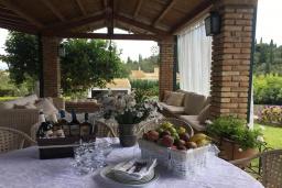 Патио. Греция, Айос Прокопиос : Роскошная вилла с бассейном и зеленым двориком с барбекю, 5 спален, 4 ванные комнаты, парковка, Wi-Fi
