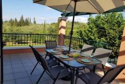 Обеденная зона. Греция, Палеокастрица : Уютная вилла с бассейном и зеленым двориком, 3 спальни, 3 ванные комнаты, парковка, Wi-Fi