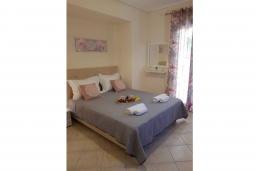 Спальня. Греция, Палеокастрица : Уютная вилла с бассейном и зеленым двориком, 3 спальни, 3 ванные комнаты, парковка, Wi-Fi