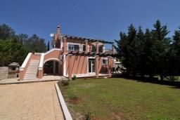 Фасад дома. Греция, Палеокастрица : Уютная вилла с бассейном и зеленым двориком, 3 спальни, 3 ванные комнаты, парковка, Wi-Fi