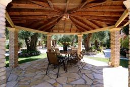 Обеденная зона. Греция, Дассия : Прекрасная вилла с бассейном и зеленой территорией, 4 спальни, 3 ванные комнаты, барбекю, парковка, Wi-Fi