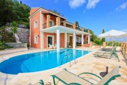 Фасад дома. Греция, Калами : Прекрасная вилла с бассейном и шикарным видом на море, 3 спальни, 4 ванные комнаты, барбекю, парковка, Wi-Fi