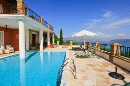 Бассейн. Греция, Калами : Прекрасная вилла с бассейном и шикарным видом на море, 3 спальни, 4 ванные комнаты, барбекю, парковка, Wi-Fi