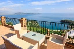 Патио. Греция, Калами : Прекрасная вилла с бассейном и шикарным видом на море, 3 спальни, 4 ванные комнаты, барбекю, парковка, Wi-Fi