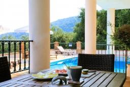 Обеденная зона. Греция, Калами : Прекрасная вилла с бассейном и шикарным видом на море, 3 спальни, 4 ванные комнаты, барбекю, парковка, Wi-Fi