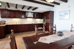 Кухня. Греция, Калами : Прекрасная вилла с бассейном и шикарным видом на море, 3 спальни, 4 ванные комнаты, барбекю, парковка, Wi-Fi