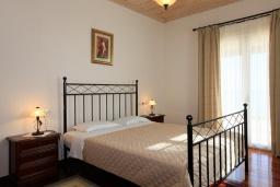 Спальня. Греция, Калами : Прекрасная вилла с бассейном и шикарным видом на море, 3 спальни, 4 ванные комнаты, барбекю, парковка, Wi-Fi