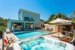 Фасад дома. Греция, Айос Стефанос : Роскошная вилла с бассейном, джакузи и двориком с барбекю, 5 спален, 5 ванных комнат, сауна, парковка, Wi-Fi