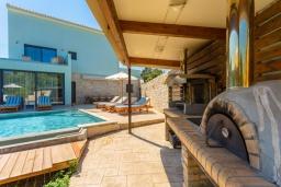 Территория. Греция, Айос Стефанос : Роскошная вилла с бассейном, джакузи и двориком с барбекю, 5 спален, 5 ванных комнат, сауна, парковка, Wi-Fi