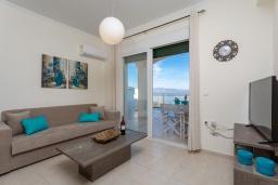 Гостиная. Греция, Барбати : Современная вилла с бассейном и шикарным видом на море, 2 спальни, 2 ванные комнаты, барбекю, парковка, Wi-Fi