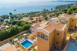 Фасад дома. Греция, Барбати : Современная вилла с бассейном и шикарным видом на море, 3 спальни, 3 ванные комнаты, барбекю, парковка, Wi-Fi