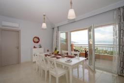 Обеденная зона. Греция, Барбати : Современная вилла с бассейном и шикарным видом на море, 3 спальни, 3 ванные комнаты, барбекю, парковка, Wi-Fi