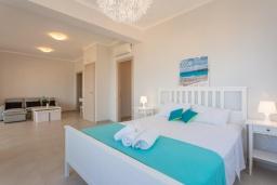 Спальня. Греция, Барбати : Современная вилла с бассейном и шикарным видом на море, 3 спальни, 3 ванные комнаты, барбекю, парковка, Wi-Fi