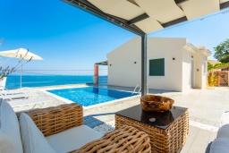 Фасад дома. Греция, Барбати : Современная вилла с бассейном и шикарным видом на море, гостиная, отдельная спальня, барбекю, парковка, Wi-Fi