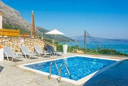 Бассейн. Греция, Барбати : Современная вилла с бассейном и шикарным видом на море, гостиная, отдельная спальня, барбекю, парковка, Wi-Fi